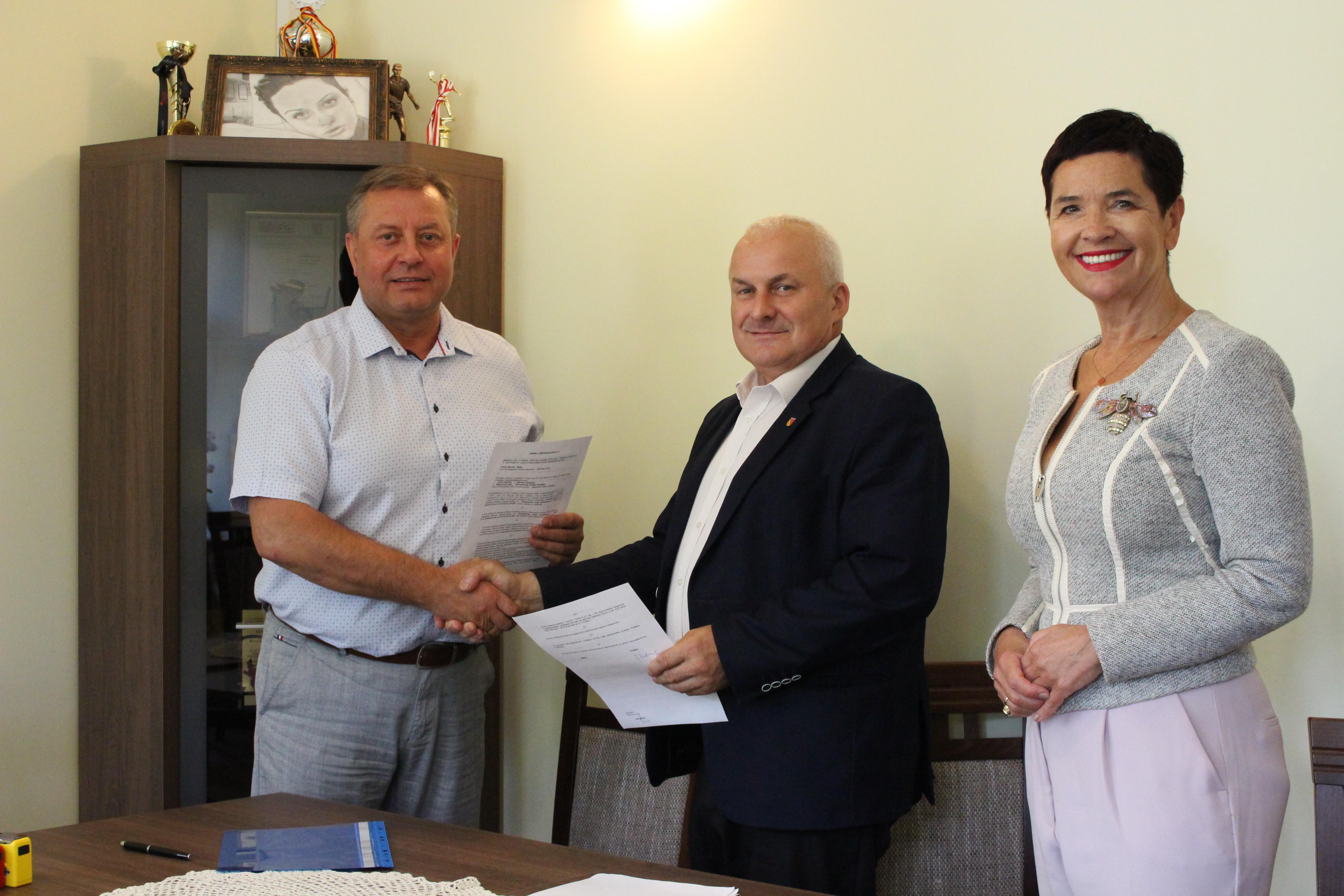 Ilustracja do informacji: Podpisanie umowy o dofinansowanie budowy drogi powiatowej w Złotniku