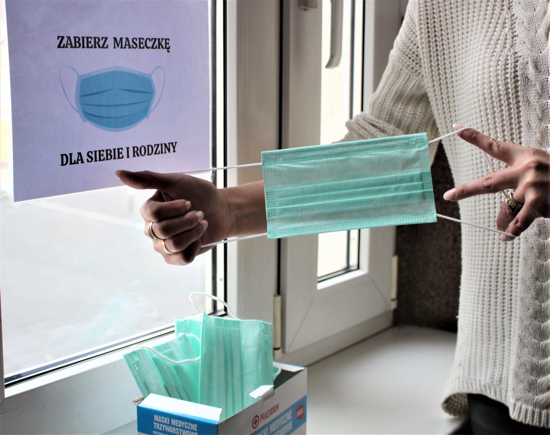 Ilustracja do informacji: Odbierz darmowe maseczki dla siebie i rodziny